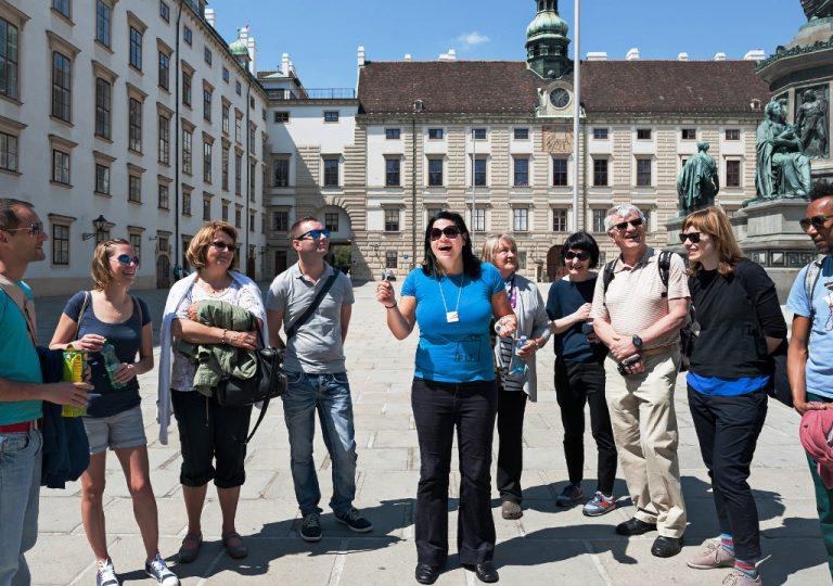 Führungsgruppe vor der Amalienburg