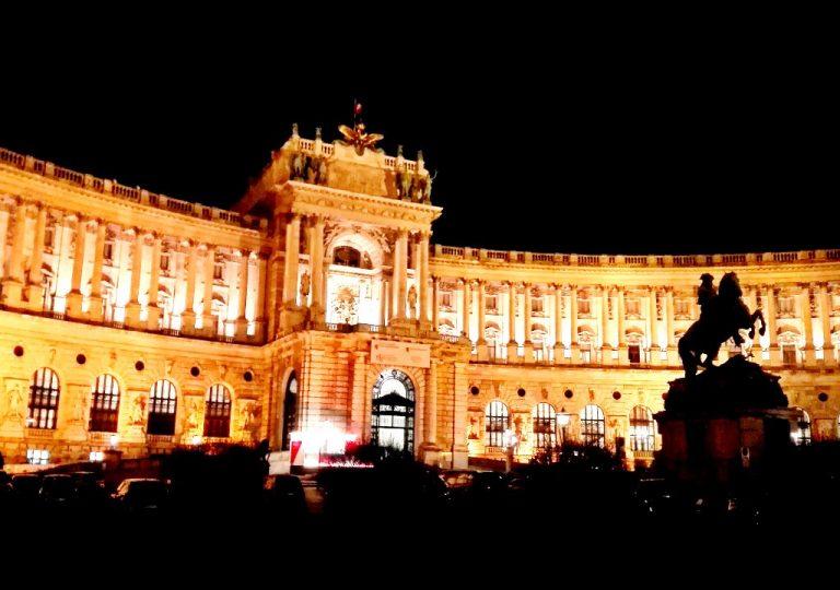 Neue Burg beleuchtet, Statue Prinz Eugen beleuchtet