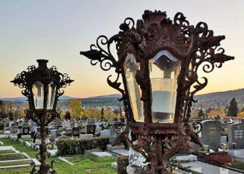 Grablaternen auf dem Friedhof bei Dämmerung